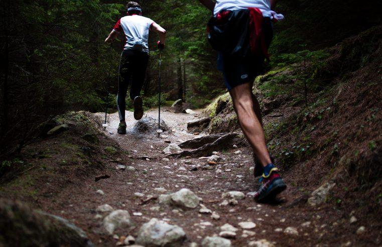 Gadżety do biegania w nocy: odblaski i dodatki.